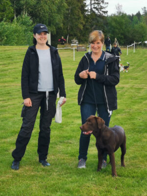 Elin o Mia Lonnfors med Labradoren Charlie deltog på hemmaplan