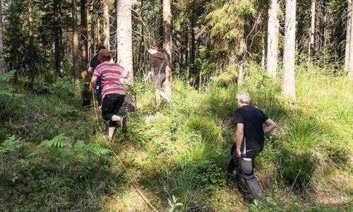 Domarna Anna Haeggblom Bjellå från klubben och Kenth Sahlqvist från Kumla på språng ut i spårskogen.